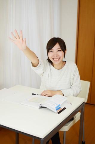 手を上げる生徒
