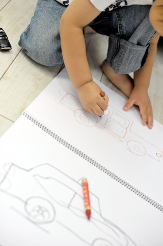 絵を書く子ども